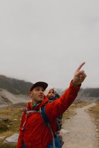Hiker and baby exploring trail, Wanaka, Taranaki, New Zealandの写真素材 [FYI03624992]