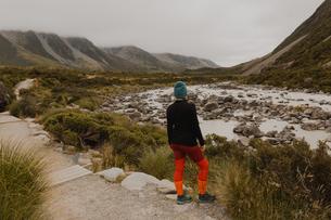 Hiker enjoying view of wilderness, Wanaka, Taranaki, New Zealandの写真素材 [FYI03625001]