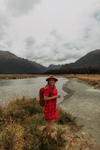 Woman exploring wilderness by lake, Queenstown, Canterbury, New Zealandの写真素材 [FYI03625012]