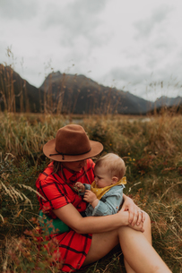 Mother and baby in wilderness by lake, Queenstown, Canterbury, New Zealandの写真素材 [FYI03625020]
