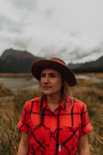 Woman exploring wilderness by lake, Queenstown, Canterbury, New Zealandの写真素材 [FYI03625023]