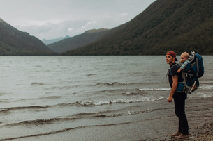 Father with baby on beach, Queenstown, Canterbury, New Zealandの写真素材 [FYI03625034]