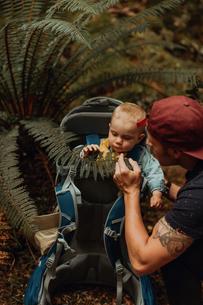 Hiker with baby exploring forest, Queenstown, Canterbury, New Zealandの写真素材 [FYI03625036]