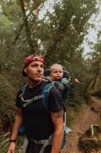 Hiker with baby exploring forest, Queenstown, Canterbury, New Zealandの写真素材 [FYI03625045]