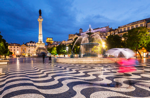 South Fountain and Column of Pedro IV, Rossio Square at night, Lisbon, Portugalの写真素材 [FYI03625162]