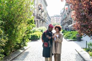 Couple enjoying ice-cream on street, Milan, Italyの写真素材 [FYI03625194]