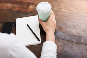 Woman in deep thought at coffee breakの写真素材 [FYI03625210]