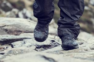 Male hiker hiking on rock, close up of hiking boots, Llanberis, Gwynedd, Walesの写真素材 [FYI03625396]