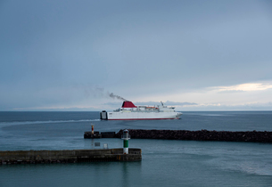Ferry leaving harbour on cold morning in spring, Visby, Gotlands Lan, Swedenの写真素材 [FYI03625736]
