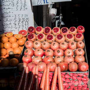 Display of variety of fruit on fruit-stall, Istanbul, Turkeyの写真素材 [FYI03626164]