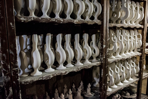 Pottery studio, row of pottery jarsの写真素材 [FYI03626169]