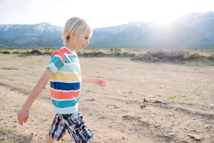 Boy exploring rural landscape, Olancha, California, USの写真素材 [FYI03626229]