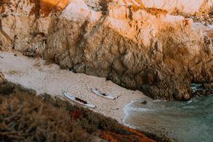 Friends mooring kayak at lagoon, Big Sur, California, United Statesの写真素材 [FYI03626419]