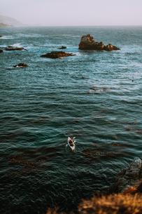 Friends kayaking in sea, Big Sur, California, United Statesの写真素材 [FYI03626422]