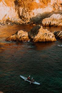 Friends kayaking in sea, Big Sur, California, United Statesの写真素材 [FYI03626423]