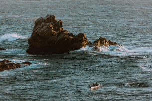 Friends kayaking in sea, Big Sur, California, United Statesの写真素材 [FYI03626428]