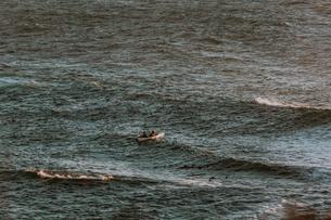 Friends kayaking in sea, Big Sur, California, United Statesの写真素材 [FYI03626429]