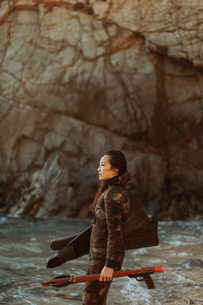 Woman with flippers and speargun on beach, Big Sur, California, United Statesの写真素材 [FYI03626440]