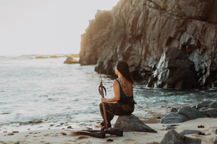 Woman with flippers and speargun on beach, Big Sur, California, United Statesの写真素材 [FYI03626442]