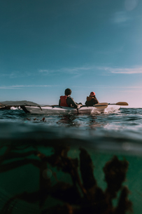 Friends kayaking in sea, Big Sur, California, United Statesの写真素材 [FYI03626443]