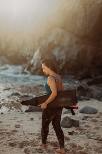 Woman with flippers and speargun on beach, Big Sur, California, United Statesの写真素材 [FYI03626445]