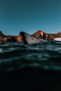 Friends kayaking in sea, Big Sur, California, United Statesの写真素材 [FYI03626446]