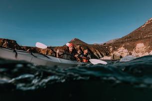 Friends kayaking in sea, Big Sur, California, United Statesの写真素材 [FYI03626448]