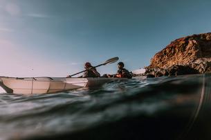 Friends kayaking in sea, Big Sur, California, United Statesの写真素材 [FYI03626449]