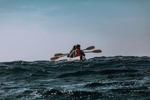 Friends kayaking in sea, Big Sur, California, United Statesの写真素材 [FYI03626450]