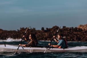 Friends kayaking in sea, Big Sur, California, United Statesの写真素材 [FYI03626451]
