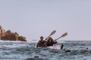 Friends kayaking in sea, Big Sur, California, United Statesの写真素材 [FYI03626453]