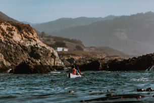 Friends kayaking in sea, Big Sur, California, United Statesの写真素材 [FYI03626454]