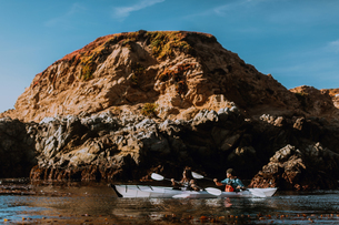 Friends kayaking in sea, Big Sur, California, United Statesの写真素材 [FYI03626456]