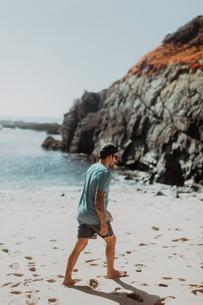 Man walking on beach, Big Sur, California, United Statesの写真素材 [FYI03626460]
