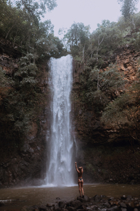 Woman enjoying waterfall, Property Released (PR)inceville, Hawaii, USの写真素材 [FYI03626518]