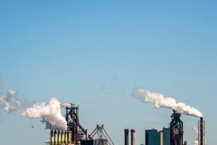 Smokestacks from steel industry blast-furnaces against blue sky, Netherlandsの写真素材 [FYI03626630]