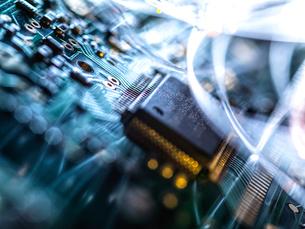 Fibre optics carrying data passing through electronic circuit boards, close upの写真素材 [FYI03626642]