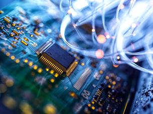 Fibre optics carrying data passing through electronic circuit boards, close upの写真素材 [FYI03626643]