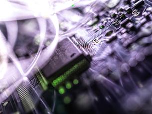 Fibre optics carrying data passing through electronic circuit boards, close upの写真素材 [FYI03626644]