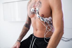 Patient undergoing ECG test in consultation roomの写真素材 [FYI03626703]