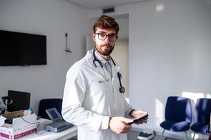 Doctor in consultation roomの写真素材 [FYI03626716]