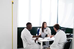 Doctors having discussion in meeting roomの写真素材 [FYI03626734]