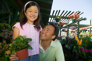 Father and Daughter in plant nursery  portrait  close upの写真素材 [FYI03626823]