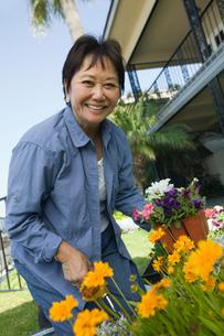 Woman gardening  (portrait)の写真素材 [FYI03626902]