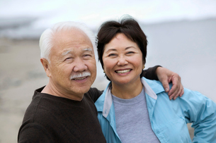 Mature couple smiling  outdoors  (portrait)の写真素材 [FYI03626911]