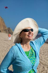 Woman wearing summer hat on beachの写真素材 [FYI03626925]