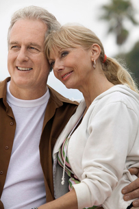 Mature couple embracing outdoorsの写真素材 [FYI03626928]