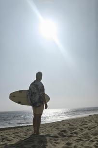 Surfer on beachの写真素材 [FYI03626939]