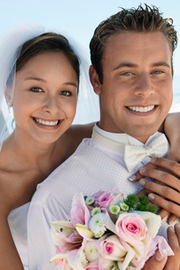 Bride and Groom with bouquet  outdoors  (close-up)  (portrの写真素材 [FYI03626962]