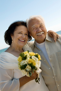 Senior Newly wed couple  outdoors  (portrait)の写真素材 [FYI03626971]